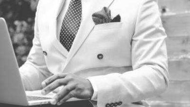beyaz takım elbiseli laptoplu yönetici