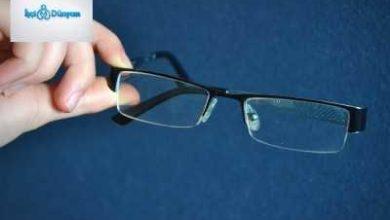 elle tutulan siyah çerçeveli numaralı gözlük