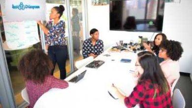 toplantı odasında çalışanlar
